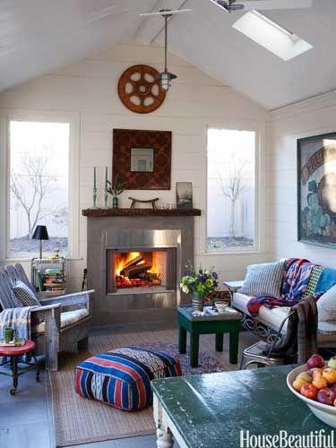 Numa casa da cidade de Hudson Valley, o ponto focal projetado pelo designer Peter Frank para a sala de estar é a lareira Vermont Castings.