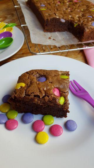 Denne oppskriften er så enkel og kaken blir knallgod. Ingrediensene rører du sammen på 5-6 minutter. En kake som slår an både hos barn og voksne.  Oppskrift: 100 gram mørk kokesjokolade 100 gram ly