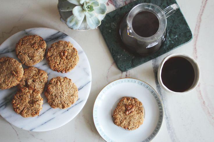 Karbohydrater: ca. 18 gram per stk (hvorav ca. 3 gram fiber) Disse små søtsakene er perfekte til kaffekosen når du har lyst på noe søtt. Kjeksene er frie for gluten og sukkerfrie hvis du bruker alternativ søtning, for eksempelSukrin. De passer også fint med ost! Ingredienser ca 9 stk 3 dl havregryn 3 dl havremel …