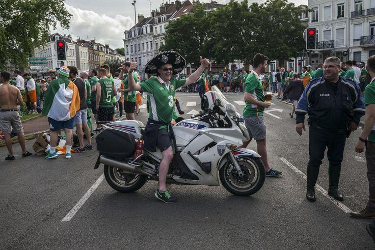 22 juin 2016 à Lille. Au stade Pierre-Mauroy de Villeneuve-d'Ascq, l'Irlande affronte l'Italie à 21heures dans le groupeE de l'Euro2016. Dans le centre-ville près de la place Philippe-Lebon des supporteurs déambulent en sympathisant avec les habitants du quartier et les policiers locaux.