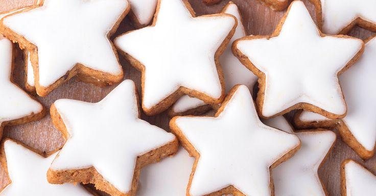 Ideálně hustá cukrová poleva, která nestéká a je zářivě bílá. Zdobení perníčků bude odteď hračka. Ingredience 3 1/2 hrnku prosátého moučkového cukru 2 velké bílky 1 lžička vanilkového extraktu Postup V míse vyšlehejte bílky s vanilkou do jemné pěny. Postupně přidávejte cukr a stále šlehejte. Poté zapněte šlehač na nejvyšší rychlost a šlehejte dalších 6 ...
