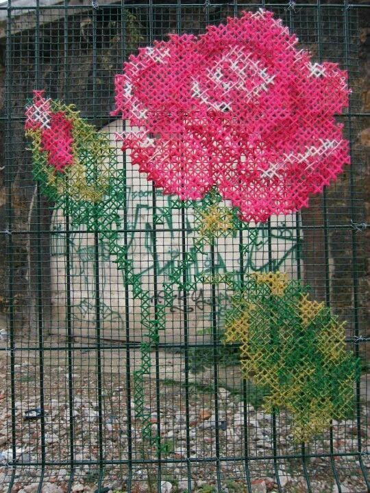 Quand des roses sauvages s'accrochent aux grillages... / Street art./ Point de croix. / Embroidery.