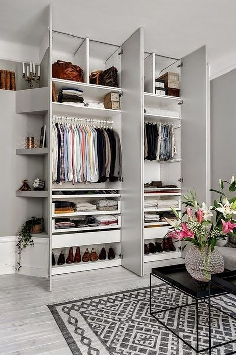 Perfectly organized small space closet. Not sure what language this article is in, but I like the closet space!