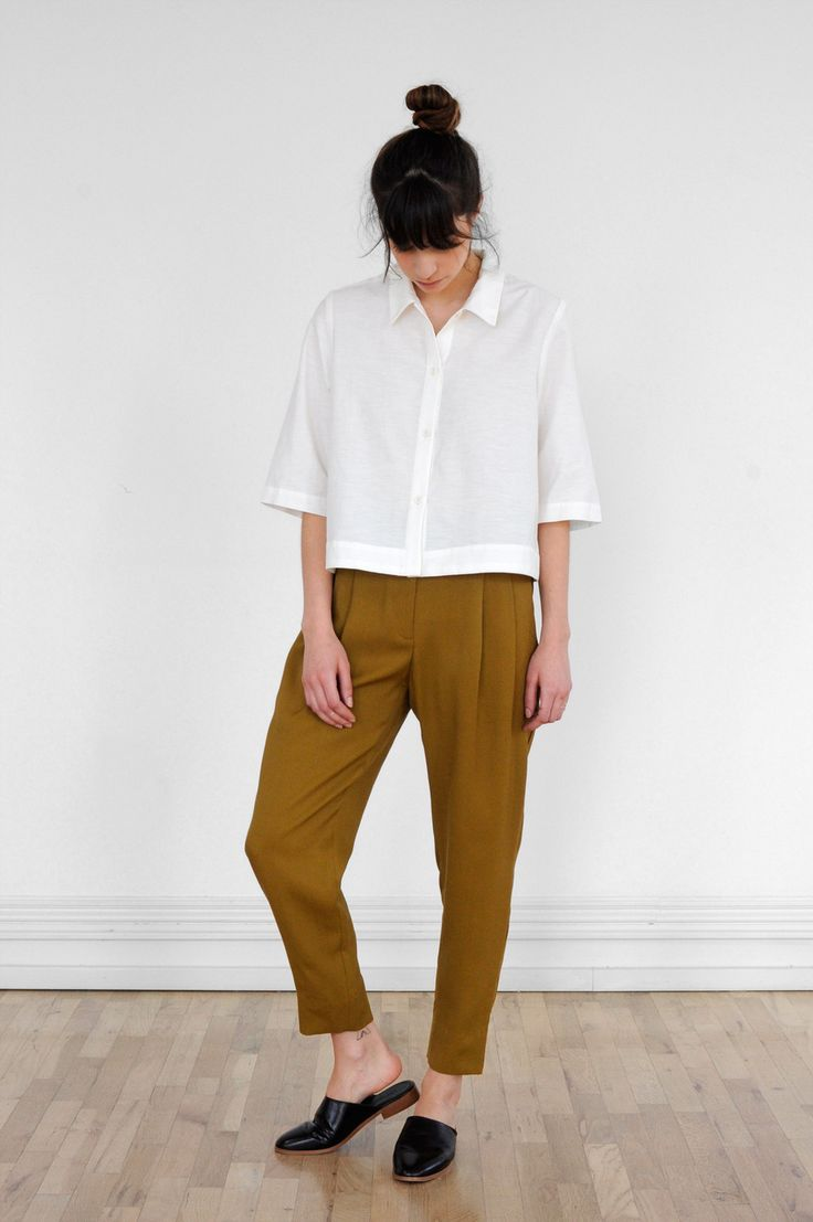 """Boxy-fit collared shirt in crisp cotton blend. Box pleat at back yoke, elbow-length sleeve and wide faced hem. 45% Cotton, 35% Cupro, 20% LinenModel is 5'7"""" and is wearing a size S."""