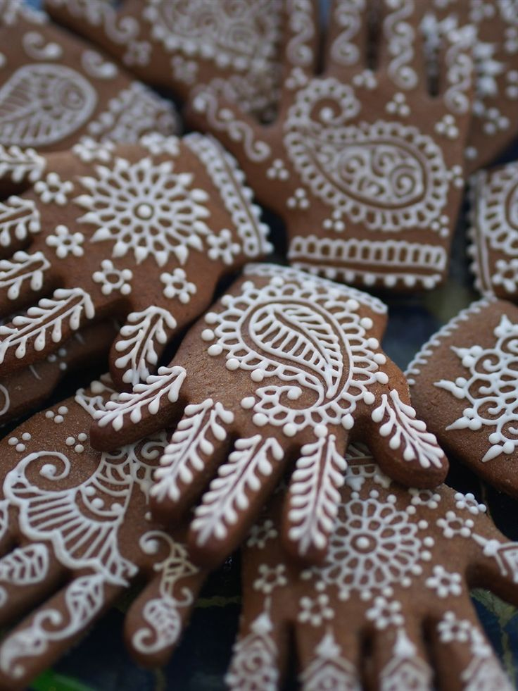 'EAST MEETS WEST' WEDDING FAVOR TREATS Spiced {Gingerbread} Cookies  You may not think of the humble cookie as an ideal candidate for a wedding favour, but with a South Asian makeover, it can really rise to the occasion. Fusion inspired cookies are making waves on the baking circuit, and there's no reason why they should be left out of wedding menus either.  Typical spiced cookies contain traditional Asian spices such as nutmeg, vanilla, cinnamon and cardamom.