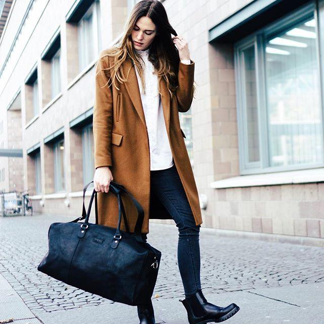 workshop done ✔️// heading back home 🙌🏻 ___________________ #wmnswr #bag #leabags #stormandmarie #travelgram #outfit #ootd #coat #zara #streetstyle #bloggerstyle #blogger_de #germanblogger #fashionblogger #fashion #fashionblogger_de #streetfashion #fashiondaily #basics #details #minimalism #monochrome #fashiondiary