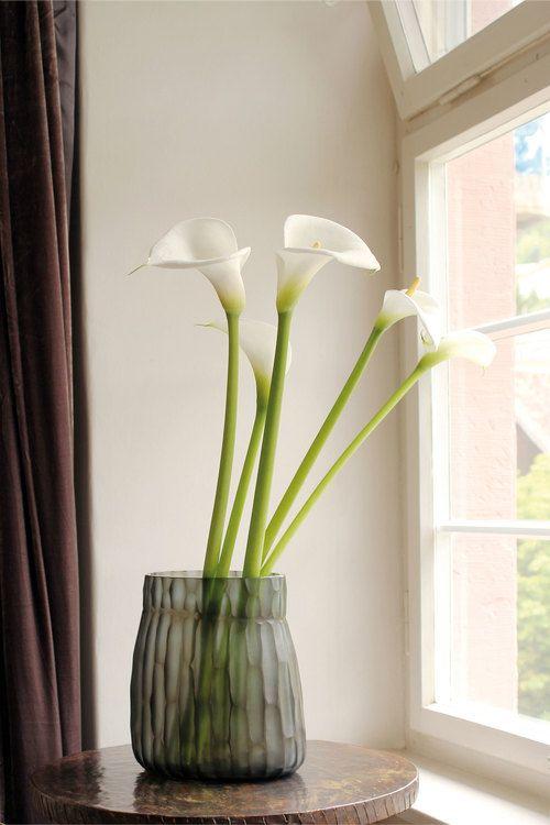 vasen er af mundblæst glas fra Guaxs, og kan købes på webshoppen The Architects Choice.