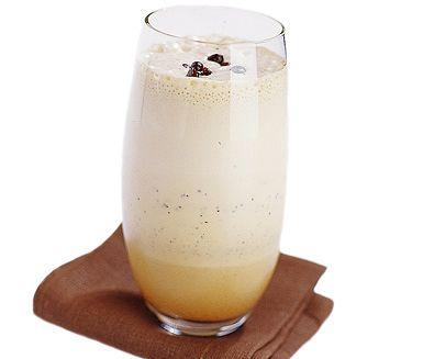 Gör en läskande kaffedrink och avnjut en varm sommardag på balkongen. Du blandar enkelt isbitar, mjölk och espressokaffe med lite vaniljsirap i en mixer - lättlagat och supergott!