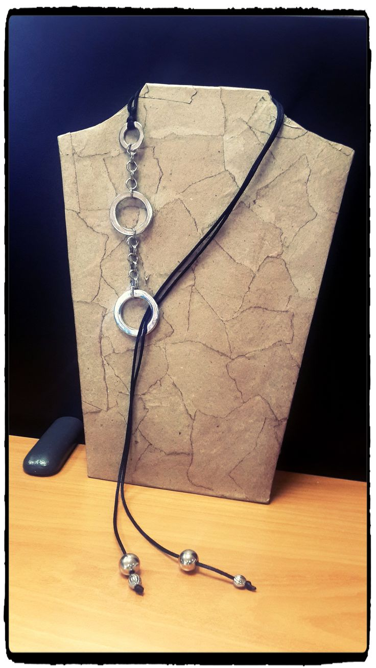 Collar minimalista con herrajes plateados y cola de ratón