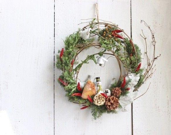 「もみの木に囲まれて、落ち葉や木の実が沢山の スノーマンのお家の小さなクリスマス....  ベルもつけて、大好きな人を待っている..のかな?」花材:プリザ...|ハンドメイド、手作り、手仕事品の通販・販売・購入ならCreema。