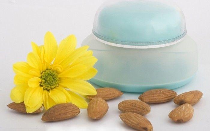 Κρέμα προσώπου με αμυγδαλέλαιο - Φτιάξτε με τα χεράκια σας μία παλιά «συνταγή του Γαληνού». Μία φυσική κρέμα με αμύγδαλο, υπέροχη στην υφή και αποτε...