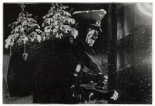 90 ZHITOMIRSKY Alexander Estimation : 1 500 - 2 000 € Résultat : 2200 € SANTA CLAUS. PHOTOMONTAGE ORIGINAL. Circa Février 1942. 20 x 29,5 cm, sous encadrement. Photomontage représentant Hitler en Saint Nicolas tenant une hotte chargée de symboles évoquant la mort: cercueil, croix, chaînes et têtes de mort, titré au verso par Zhitomirsky. A la fin de l'hiver 42, l'armée russe avait remporté sa première grande victoire dans la bataille de Moscou, Les troupes allemandes n'étaient pas préparées…