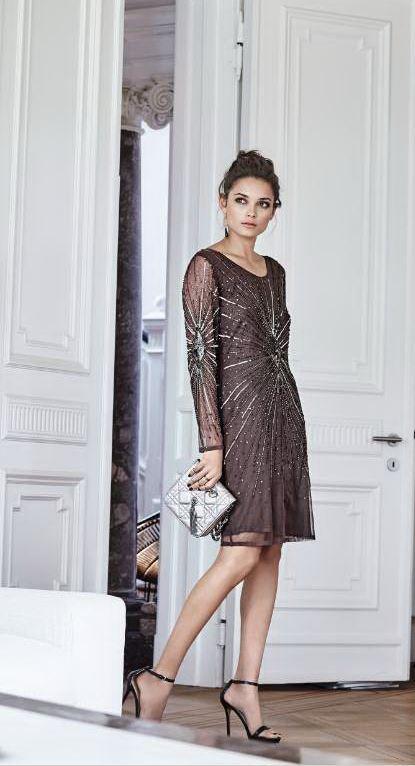 Glänzender Auftritt garantiert: Elegantes, figurbetontes Abendkleid, das aufwendig mit Perlen verziert ist. Die langen Ärmel sind aus einem transparenten Stoff und ebenfalls mit Perlen besetzt. #Kleid #Wintertrend #Partykleid #Impressionenversand