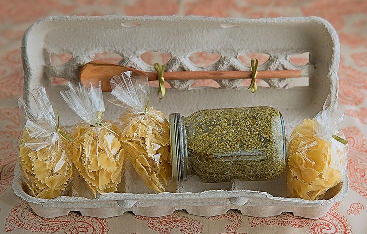 Convidado assim todo mundo quer sempre, já chega com uma refeição quase pronta: o molho pesto acompanha as porções de massa seca. Destaque para a embalagem, cheia de caseirice
