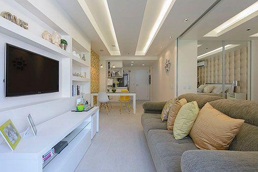 Vista del salón, comedor y cocina de un apartamento moderno de 45 m2
