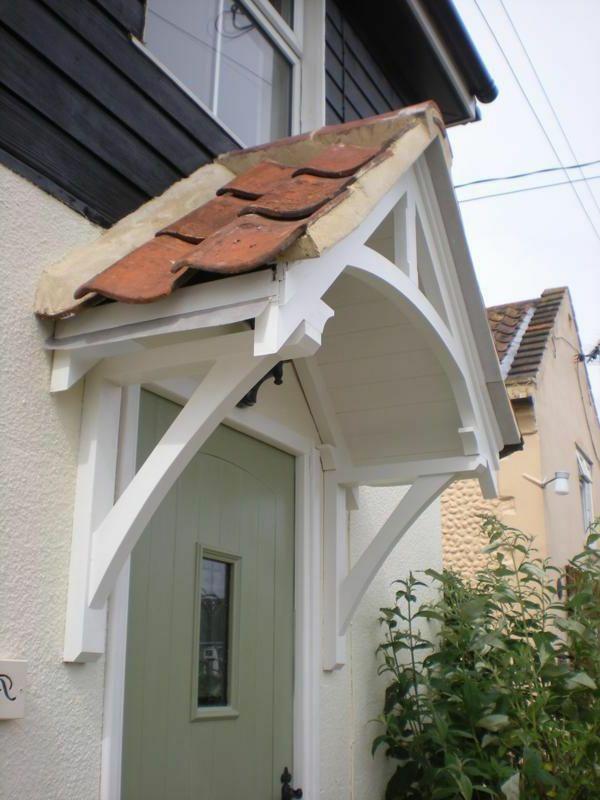 Weißes Hölzernes Vordach Mit Dachziegeln