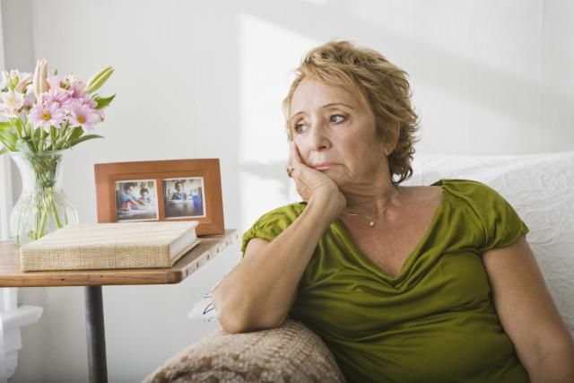 It's important to be familiar with the early warning signs of Alzheimer's disease and dementia. Symptoms that are less subtle than memory loss are often overlooked, so pay close attention to your loved one's routine. Even small changes may point to a larger problem.