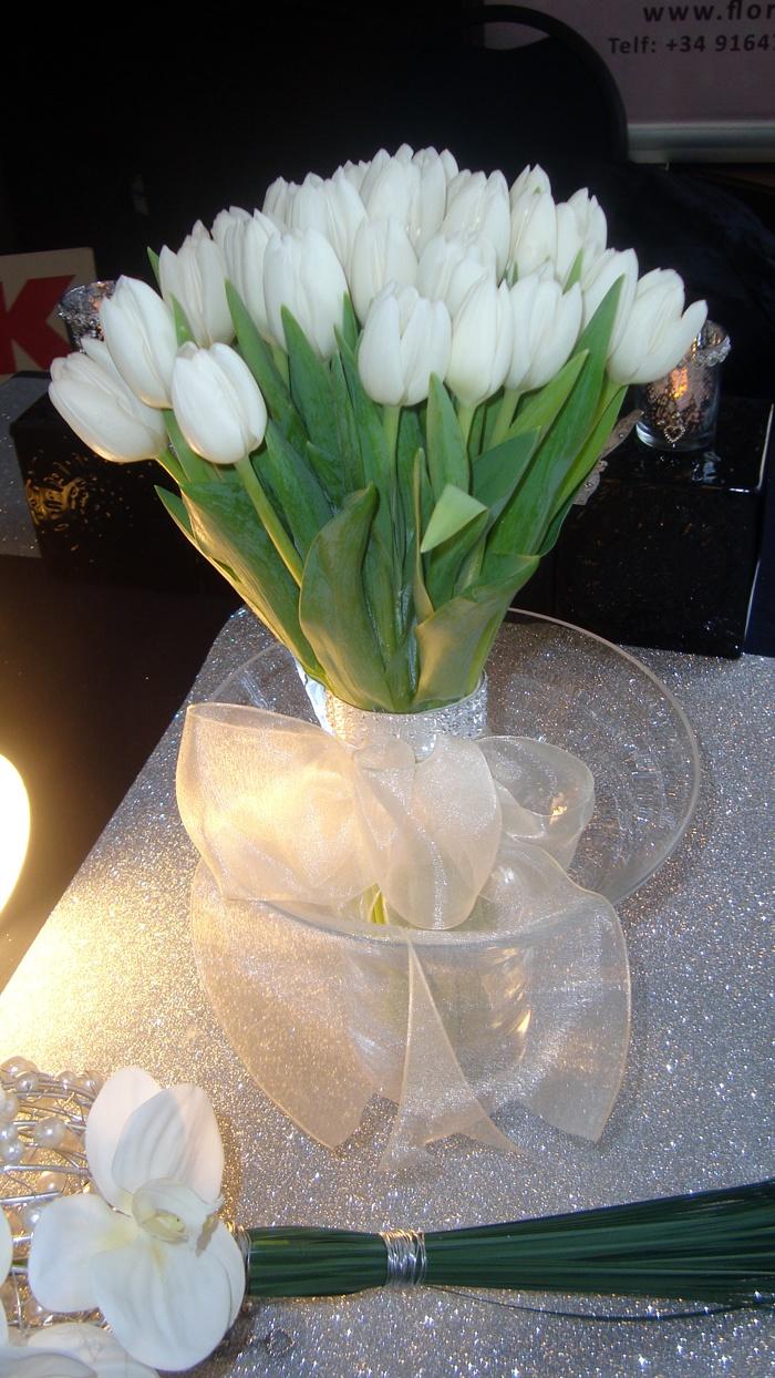 Ramo de tulipanes blancos  http://www.floristeriabast.com/