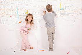 niños dibujando en la pared