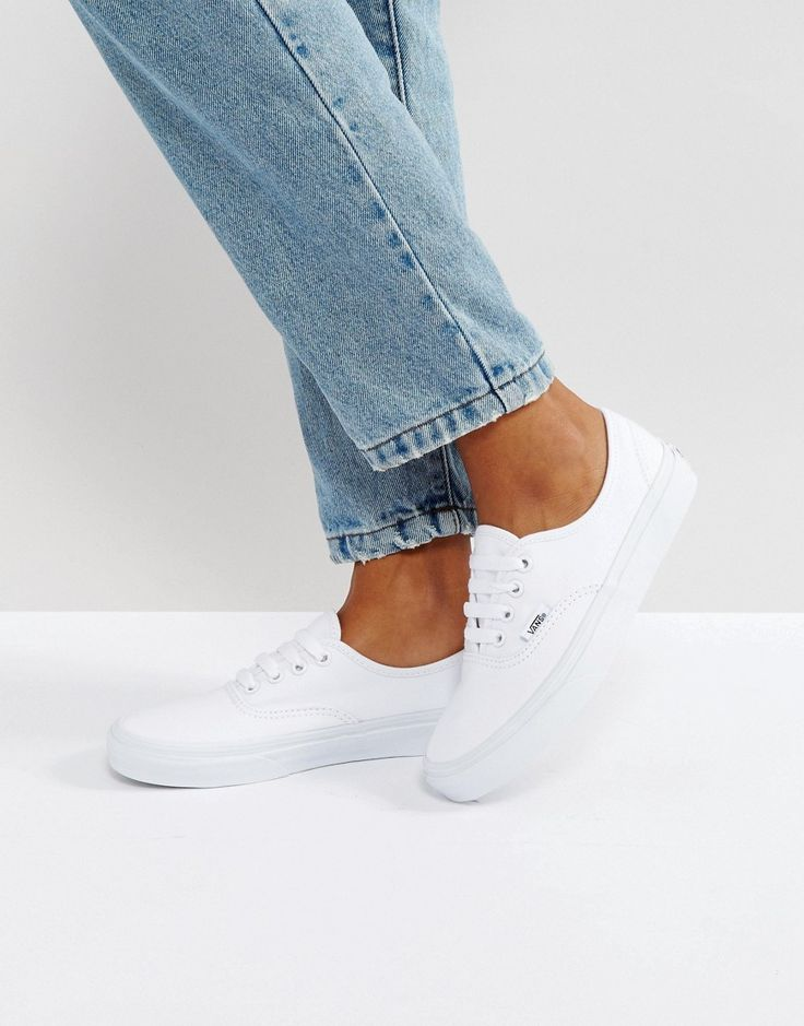 ¡Cómpralo ya!. Zapatillas de deporte clásicas blancas con cordones de Vans Authentic. Zapatillas de deporte de Vans, Exterior de tela, Cierre de cordones, Etiqueta de sarga de la marca, Borde con forma, Suela con textura de grano de arroz de la marca, Exterior: 100% textil. Famosa por sus icónicos zapatos de skate, Vans nació en la California de los años sesenta y desde entonces ha se ganado muchos seguidores de culto que incluyen skaters, estrellas del deporte y estilistas por igual. C...