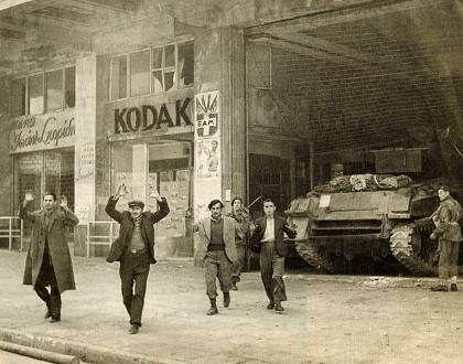Βρετανοί κομάντος απομακρύνουν πολίτες που συνέλαβαν μετά την κατάληψη των γραφείων του ΕΑΜ στην οδό Κοραή