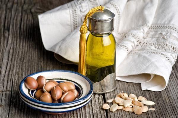 Propiedades del aceite de argán para el contorno de ojos. El aceite de argán se ha vuelto muy popular en el mundo de la belleza y la cosmética debido a sus excelentes propiedades y beneficios para nuestra piel. Nacido en Marruecos, este oro líquido es un tra...
