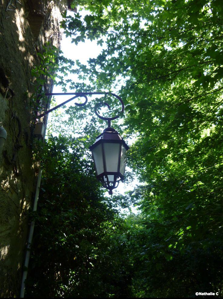 Jolie lanterne sur un chemin ombragé à Poillé/Vègre....