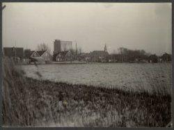 Wormer. Oost-Knollendam. Silo Piet Kraij. Rechts Oost-Knollendam en links West-Knollendam. :: Gemeente archief zaanstad :: Beeldcollectie