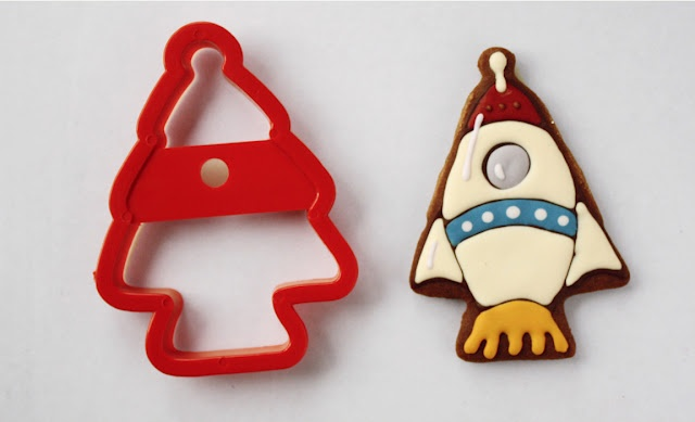 Rocket cookie using tree cutter and other space themed cookies