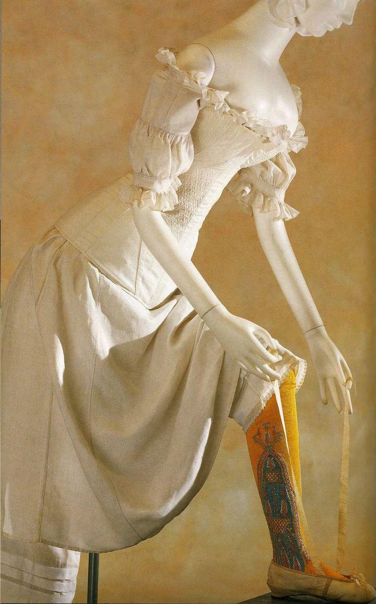 Корсет, сорочка-шемиз и панталоны. 1820-е. Белый корсет из простеганного хлопчатобумажного атласа с мягкой планшеткой и косточками, сорочка и панталоны из белого льна.