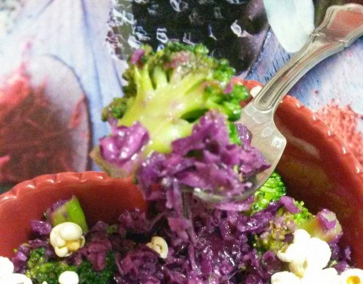 Salade de chou rouge, échalotes, et brocolis / croquant de pop corn...