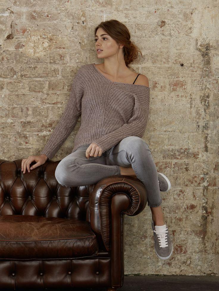 Der Schnitt dieses Damen-Pullovers zeichnet sich neben dem V-Ausschnitt durch die relativ kurze Länge, die überschnittenen Schultern und den lässigen Sitz aus. Das Grundmuster aus Rippen verläuft diagonal von den beiden Schulterpartien abwärts geneigt über Brust bzw. Rücken und trifft mittig auf Höhe der Wirbelsäule aufeinander. Das Strukturmuster geht so in eine senkrechte Linie über, die dem schlichten Pulli ein besonders schönes Detail verleiht.Größen: XS bis XL.