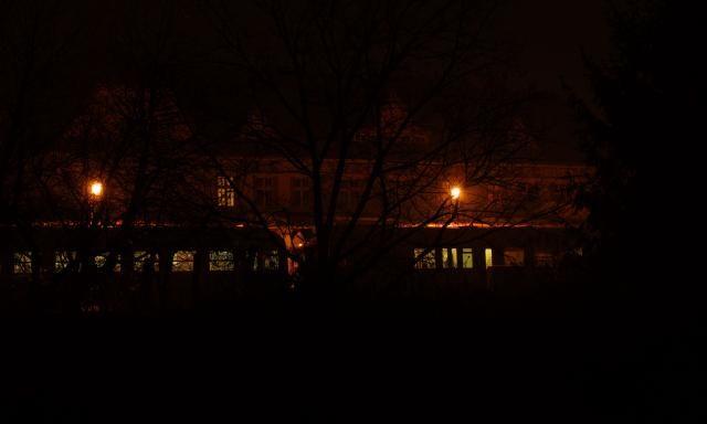 Večerní Uherské hradiště - vlakové nádraží, zadní pohled.