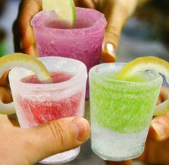 """Buzdan yapılmış bardaklarla içki servisinden daha """"cool"""" ne olabilir? Shot bardaklar, hem de buzdan yapılmış... İşte bu tam anlamıyla: Brrrrrrrrrrrrr!"""