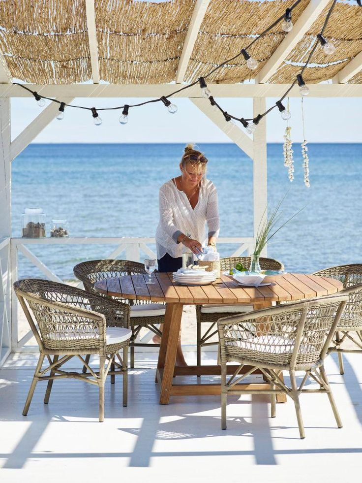 Krzesła Emma i stolik teakowy George. Sika-Design
