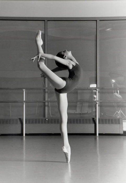 Woahhh: Long Legs, Ballet Dancers, Ballerinas, Dance Studios, Beautiful, Art, Motivation, Ballet Photography, Ballet Stretch