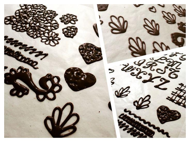 Creando Figuras de Chocolate para decoración #DulcePasiónySal #Xalapa #XalapaEnríquez #Pastel #Pastelería #Dulce #PanArtesanal #XalapaVeracruz #Pay #Pan #Pays #FelizJueves #Chocolate