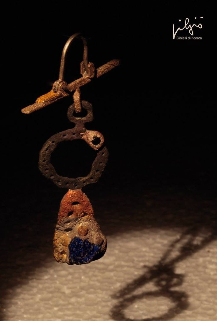 Orecchino : oro - ferro - lapislazzuli - bronzo - diamante nero
