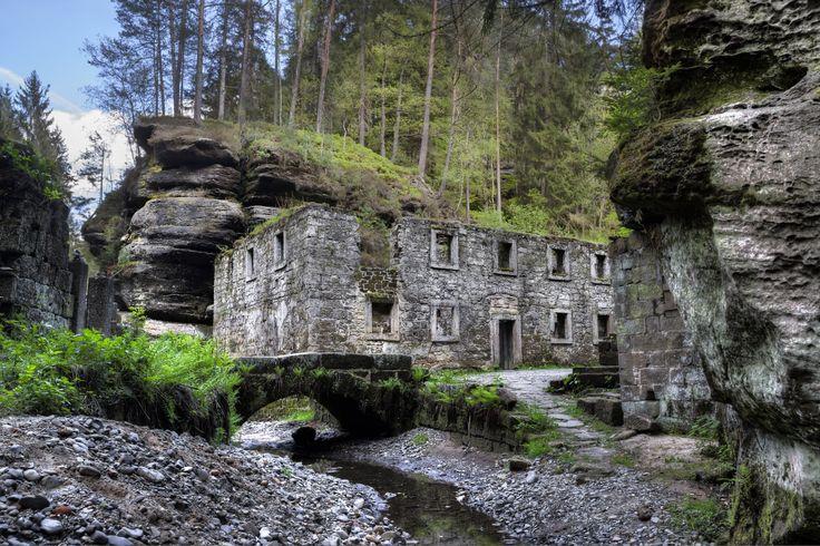 Ruine der Grundmühle (Dolský Mlýn) in der Kamnitzklamm