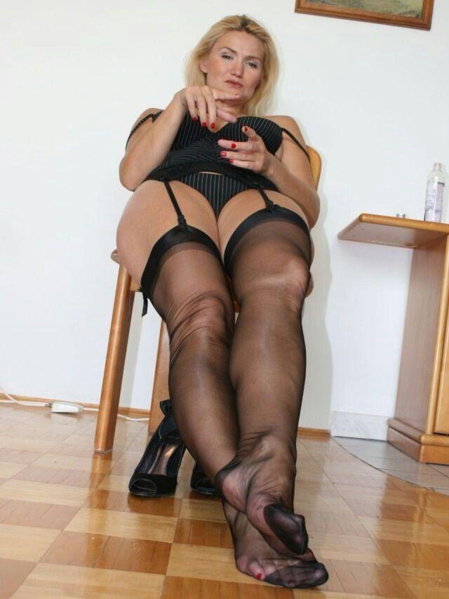 Sexy reife Beine in schwarzer Strumpfhose