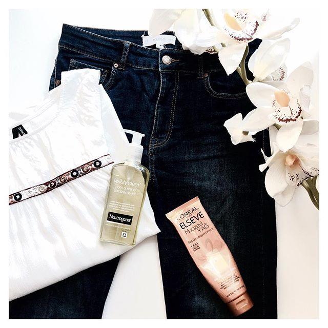 O O T D 🌾 @mango  jeans, @defactoofficial bluz 🍃 @neutrogena pore&shine yüz temizleme jeli: kurutması dışında temizlemesi güzel bir ürün, @lorealhair elseve saç güzelleştirici krem: bir kaç post önce çok detaylı anlamıştım. tek kelime ile muhteşem bir ürün özellikle fiyat/performans açısından ✨   #moda #fashion #makyaj #makeup #kozmetik #cosmetics #gününkombini #kombin #ootd #outfit #gününmakyajı #makeupoftoday #flatlay #flatlayturkey #flatlays #flatlaylove #flatlayaddict…