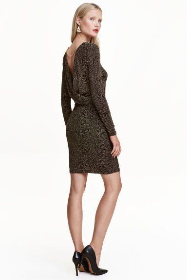 Robe scintillante: Robe courte et ajustée en jersey habillé de paillettes. Modèle à manches longues avec encolure plongeante et drapée dans le dos. Chaîne décorative en maille serpent sur la nuque. Doublée.