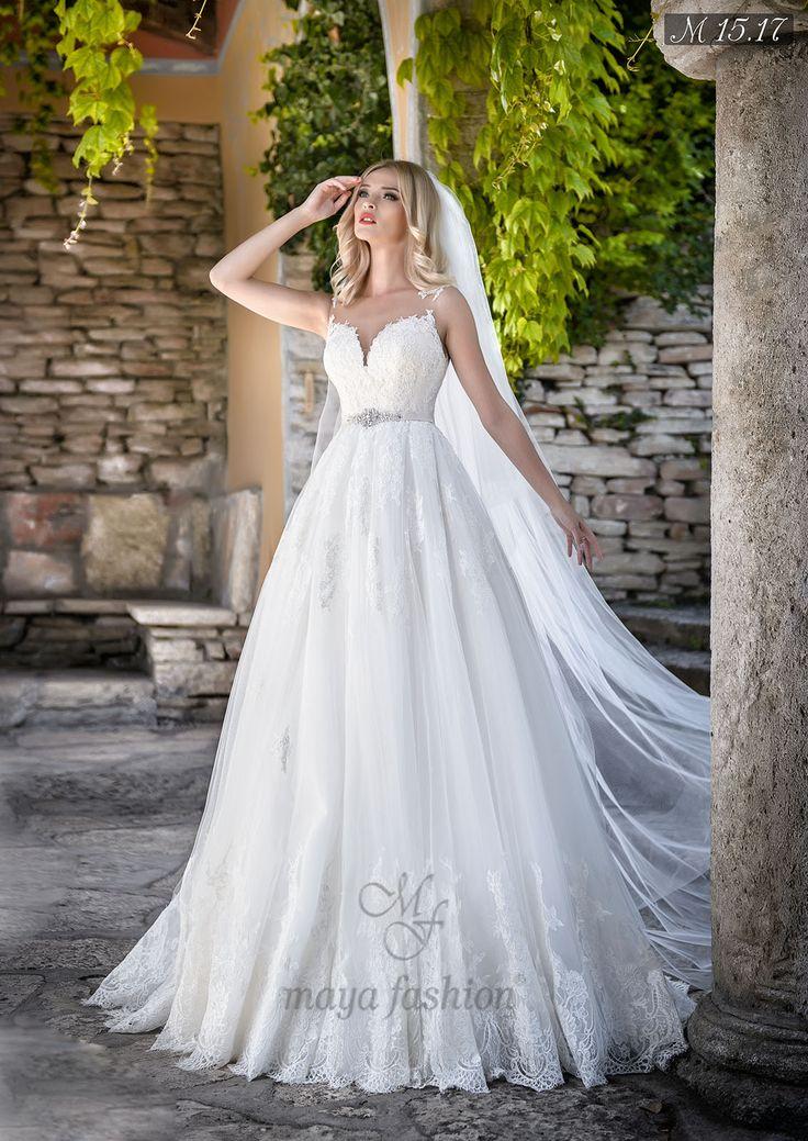 Datorita broderiilor de pe poalele rochiei, acest model se adreseaza acelei femei moderne care vrea sa pastreze putin din aerul traditional.
