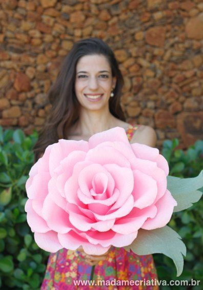Como fazer Rosa Gigantes de papel - Learn How to make Giant Crepe Paper Flowers by Madame Criativa - DIY Tutorial with pictures on www.madamecriativa.com.br