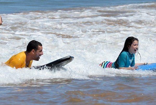 Адам Сэндлер был замечен во время семейного отдыха на Гавайях http://actualnews.org/exclusive/158582-adam-sendler-byl-zamechen-vo-vremya-semeynogo-otdyha-na-gavayyah.html  Адам Сэндлер отдыхает на море со своими двумя дочерьми и женой на Гавайях. Один из наиболее известных актеров комедийной направленности обучает детей катанию на серфинг-доске.