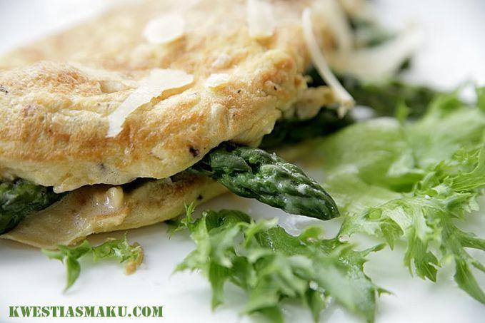 Omlet francuski ze szparagami i orzechami nerkowca