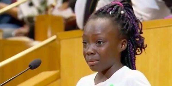 """Tras la muerte de dos hombres afroamericanos a manos de la Policía ocurrido en los últimos días, una niña alzó la voz y entre lágrimas habló de cómo se siente ante la ola de atentados contra la comunidad, durante el Consejo Ciudadano de Charlotte en Carolina del Norte.   """"Vine aquí para hablar sobre cómo me siento. Siento que nos tratan distinto a otras personas sólo por nuestro color de piel."""