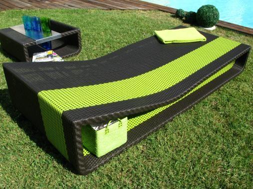 Magnifique lit de soleil pour 2, le SUMMERTIME BED est l'un des bains de soleil le plus large de sa catégorie (90 cm) pour une structure légère en aluminium et un revêtement souple en résine tressée. Aménagez les bords de votre piscine, une plage privée ou tout simplement une terrasse avec cette collection de lits de soleil bicolores, qui souligne ses grandes dimensions. De plus un espace de rangement est situé sous l'assise pour avoir tout sous la main. Les matériaux sont traités outdoor…