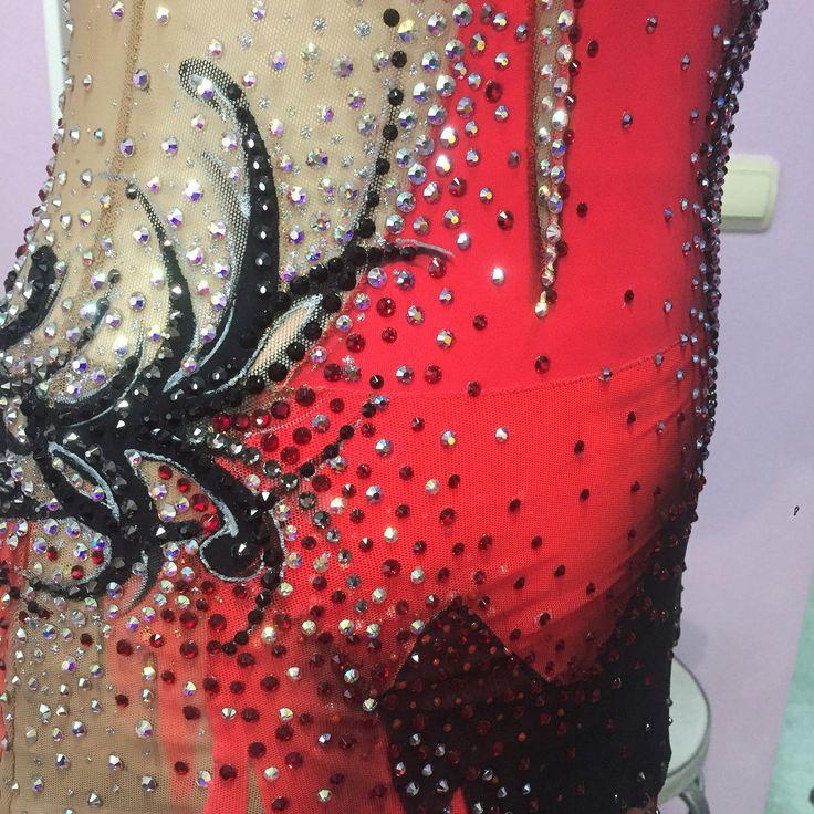 Продаётся потрясающий #купальникдляхудожественнойгимнастики НОВЫЙ!!! Размеры: ОГ- 84, ОТ- 67, ОБ- 86 ( на рост 163-168) Стразы SWAROVSKI около 5000 шт. Авторская работа от #ленасутягинадизайн Пошив от ателье #танцующаястрекоза Ткани от #эстанн #художественнаягимнастика #leotard #rg