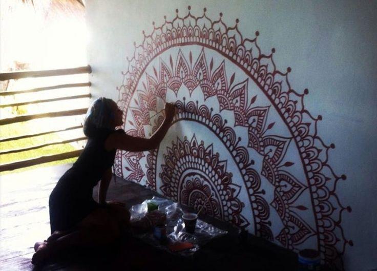 Darcy trabalhando em uma mandala feita sob encomenda para Utopia Tulum, um retiro de ioga na praia na Riviera Maia do México.